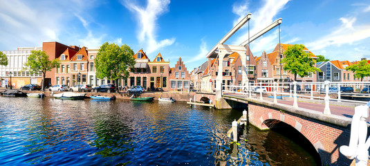 In de dag Noord Europa Historic old town of Alkmaar, North Holland, with typical canal houses and draw bridge