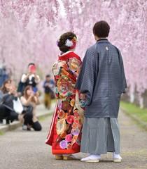 桜並木のカップル