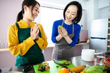 楽しく料理をする女性と先生