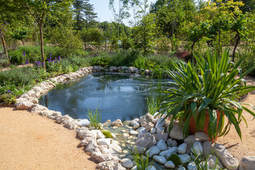 Foto auf Leinwand Garten Aménagment paysager de jardin - bassin et rocaille