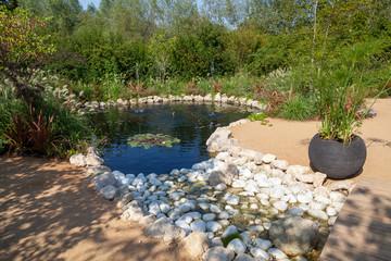 Aménagment paysager de jardin - bassin et rocaille