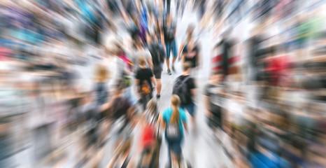 Zoom auf anonyme Menschenmenge auf Messe