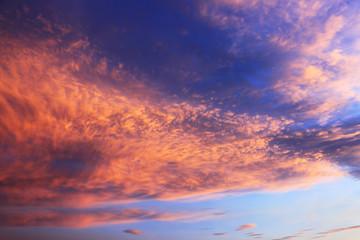 Obłoki i chmury na błękitnym niebie w czasie zachodu słońca.