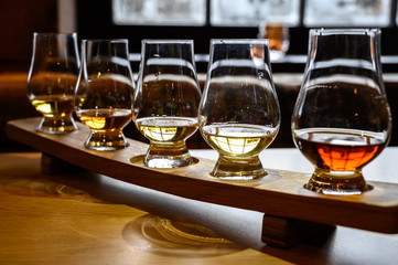 Scotch whisky, tasting glasses with variety of single malts or blended whiskey spirits on distillery tour in Scotland Fototapete