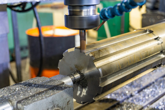Production of a spline shaft on a CNC milling machine with a quick cutting rapid milling cutter.