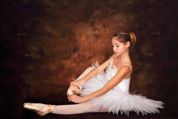 Bambina in abito bianco e scarpette da punta