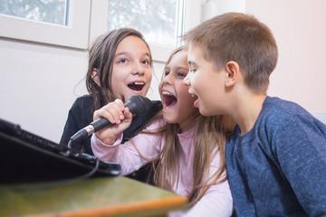 children singing karaoke together Fotobehang