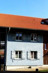 Blaues Bauernhaus in einem Dorf, Allgäu, Bayern