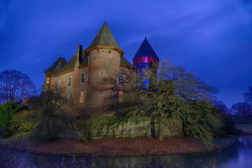 Beleuchtete Wasserburg in Krefeld Linn