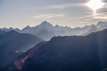 Türaufkleber Rosa dunkel Ausblick Schweizer Alpen