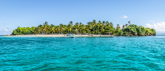 Fotorollo Himmelblau Cayo Levantado, Samana Bay, Dominican Republic. Panoramic view of Caribbean Islet with coconut palm trees and white sand beach.