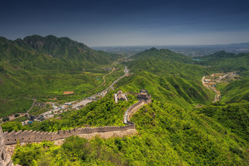 Photo sur Plexiglas Muraille de Chine The Great Wall of China, top view of a mountain valley and structure.