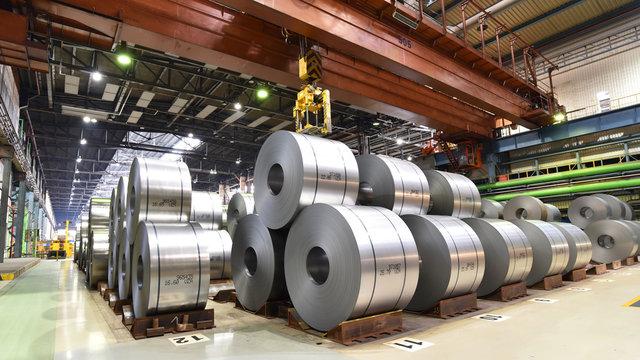 Blechrollen im Stahlwerk - Transport und Logistik // industrial plant for the production of sheet metal in a steel mill