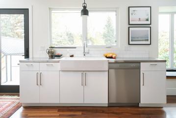 White home showcase kitchen with farmhouse sink