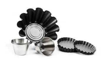 Moldes para tortas y bizcochos y flanes de acero inoxidable teflón sobre fondo blanco aislado. Vista de frente superior