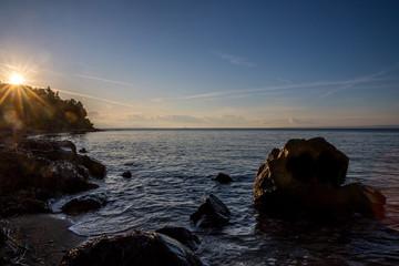 Felsen im Meer im Sonnenuntergang