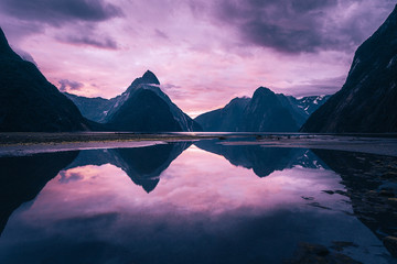 Tuinposter Purper Stunning sunset at Milford Sound, New Zealand.