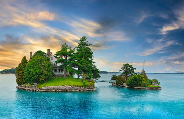 Stores à enrouleur Ile A house on an island on a lake in wilderness