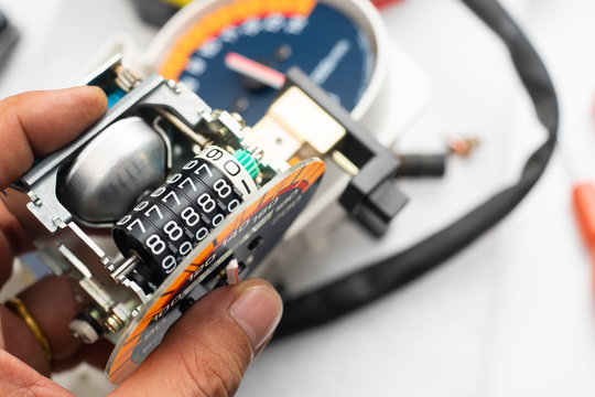 """Odometer Reprogramming """"car clocking"""" hand of technician Modify  and reset number The speedometer"""