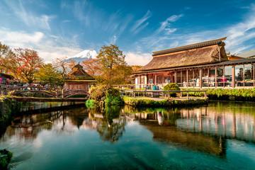 Photo sur Aluminium Tokyo Beautiful Fuji mountain and pond reflection with Traditional Japanese style house at Oshino hakkai in Japan