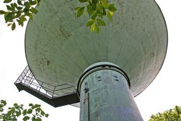 In de dag UFO Wasserturm von unten sieht aus wie ein UFO