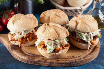 In de dag Snack Pulled chicken sandwich with salad and bbq sauce