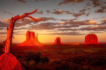 Fotorolgordijn Fantasie Landschap Monument Valley, twice a year the shadow is casted on middle butte. Rare spactacle