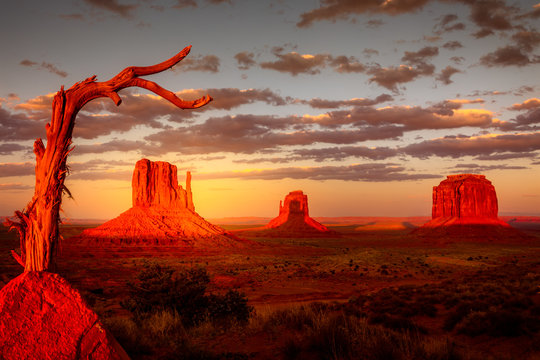 Monument Valley, twice a year the shadow is casted on middle butte. Rare spactacle