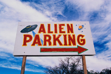 Keuken foto achterwand UFO This is a road sign indicating where Alien Parking is. This is the original UFO crash site in Roswell. There are small UFOs on the sign with a large arrow pointing to the right.