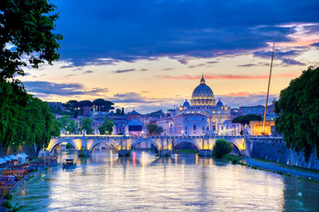 A view along the Tiber River towards St. Peter's Basilica and the Vatican in Rome, Italy. Fotomurales