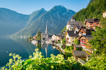 Poster Blue sky Classic view of Hallstatt in summer, Austria