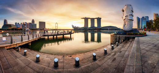Wall Mural - SINGAPORE - OCTOBER 11 2019: Merlion fountain and marina bay sands panorama is famous landmark at sunrise of Singapore city