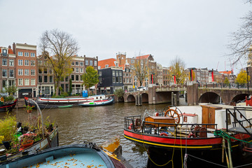 Fotobehang Oude gebouw Amsterdam, view of the river and buildings