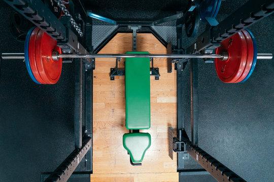 Rack und Bank in Fitnessstudio von oben