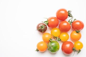 カラフルなミニトマト 白背景