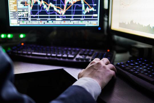 株式取引する男性の手元