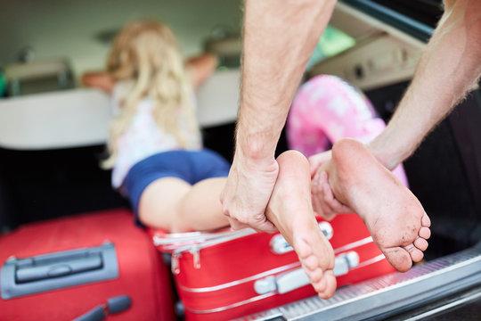 Koffer und ein Kind im Kofferraum vom Auto