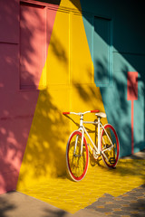 Photo sur Aluminium Velo Bicycle against a vibrant wall outdoors, Ecological transportation concept..