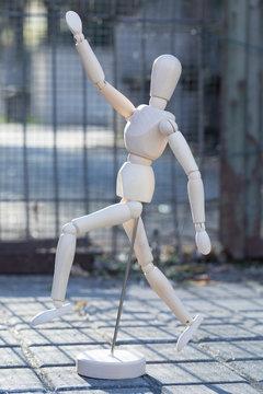 Muñeco de madera anatomía por la calle en Madrid
