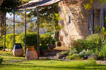Foto auf Leinwand Garten Terrasse ombragée dans le jardin d'une maison en Quercy, France.