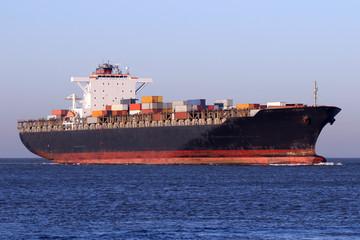 schwarzes Containerschiff auf See