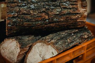 Photo sur Aluminium Texture de bois de chauffage Stack of firewood in firewood basket, close up shot
