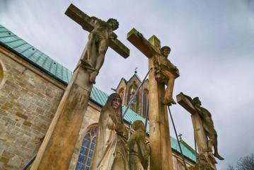 Historische Skulpturen an einer Kirche in Meppen