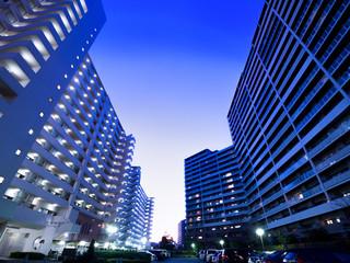 Fototapete - 夕暮れのマンション街