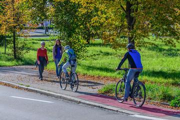Radfahrer und Fußgänger in einer Gefahrensituation auf einem Rad- und Fußweg