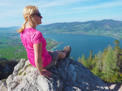 Salzkammergut - Frau auf dem Gipfel über dem Mondsee