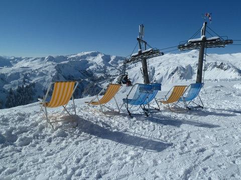 Schnee im Gebirge - Liegestühle