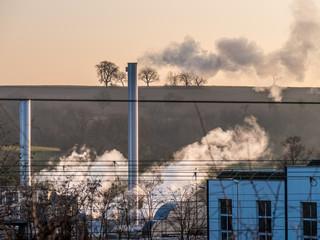 Dampf und Rauch aus einem Industrieschornstein