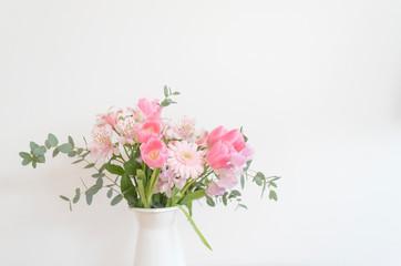 シンプルな花瓶とピンク系の花