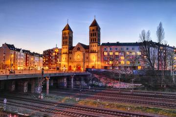 Beleuchtete Kirche und Brücke im Zentrum von Düsseldorf